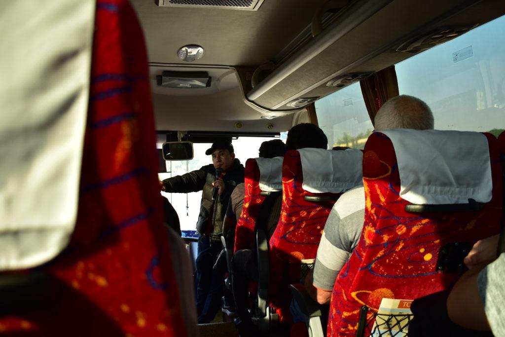 【画像】ドーハ市内観光ツアーのバス(車内)