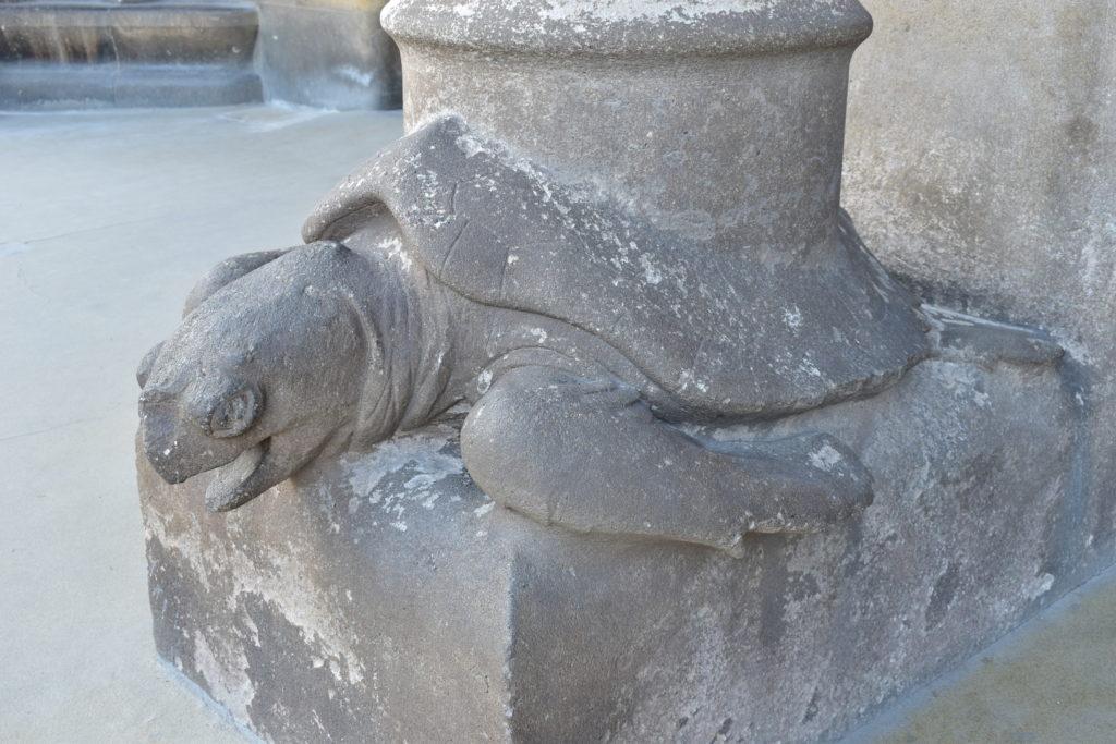 【画像】サグラダ・ファミリア 生誕のファサードにある柱(亀)
