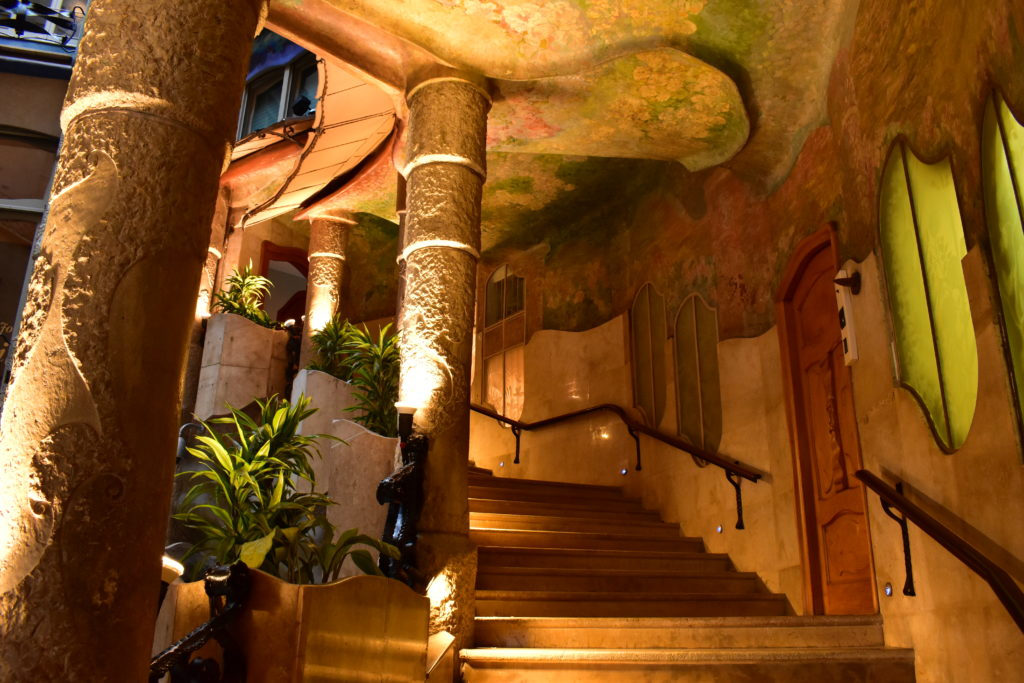 【画像】カサ・ミラ エントランス階段①