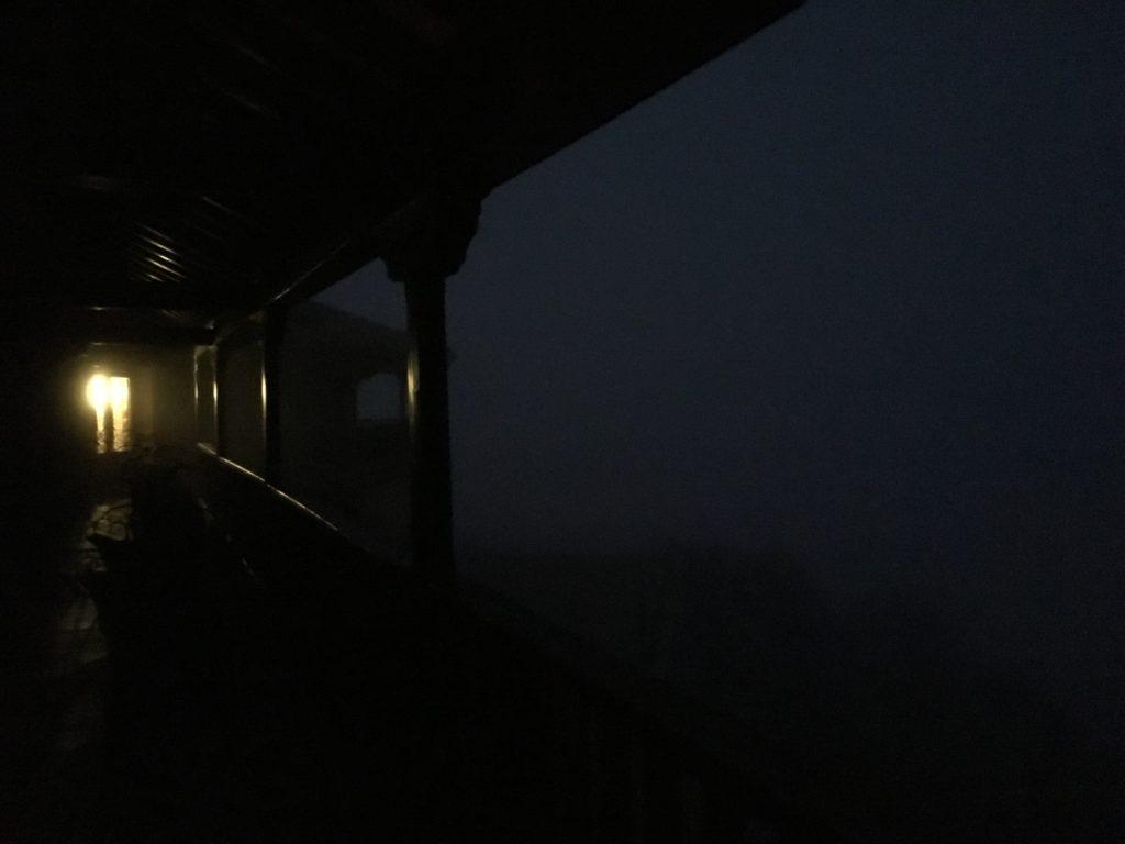 【画像】早朝のバルコニー