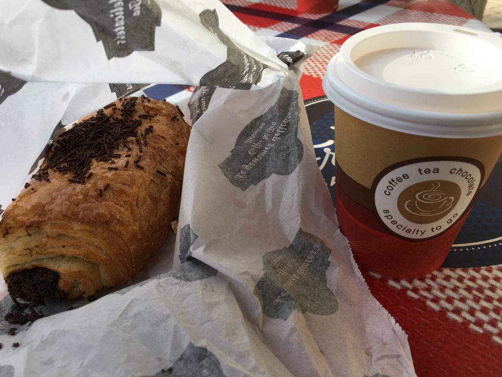 【画像】昼食(チョコクロワッサンとコーヒー)