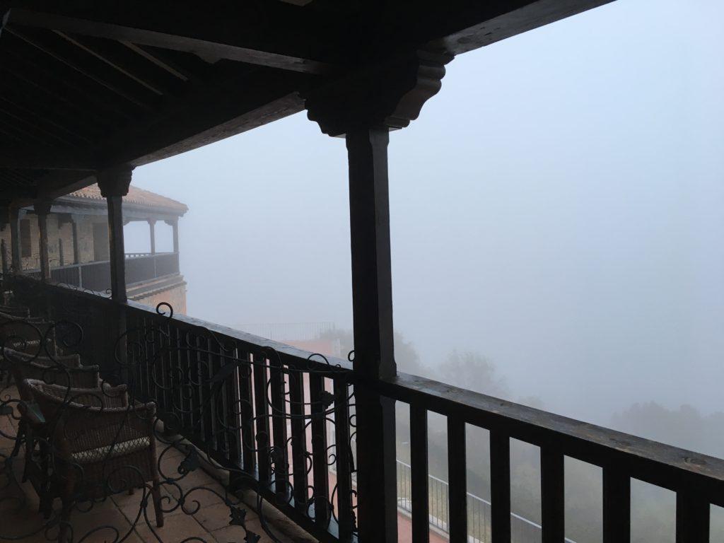 【画像】霧に包まれているバルコニー①