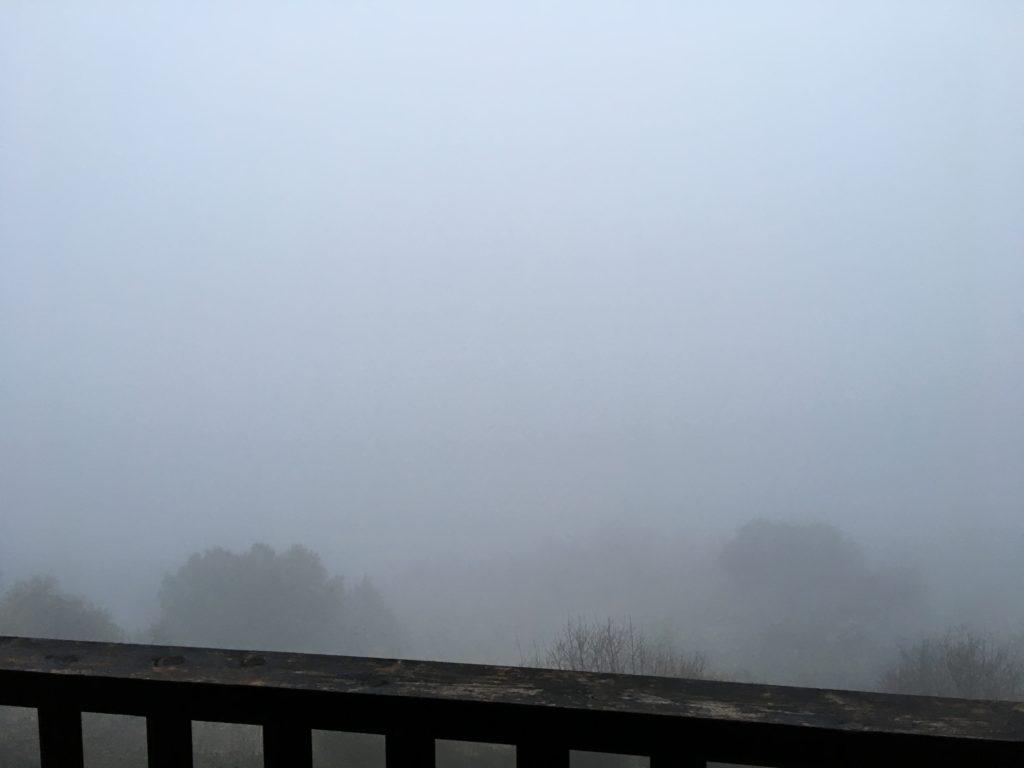【画像】霧に包まれているバルコニー②