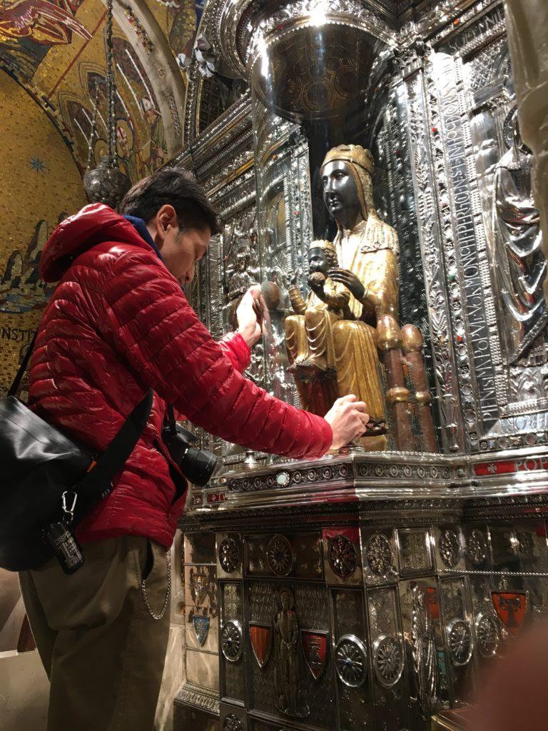 【画像】「黒いマリア像」に祈りを捧げる筆者