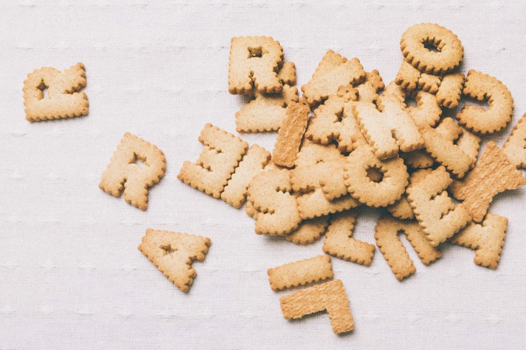 【イメージ画像】アルファベットのビスケット
