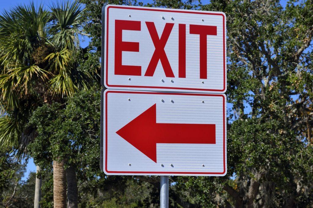 【イメージ画像】「EXIT」の標識
