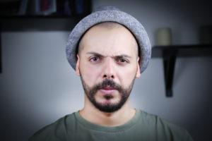 【イメージ画像】不機嫌そうな顔つきの男性