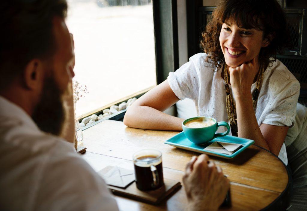 【イメージ画像】会話をする外国人