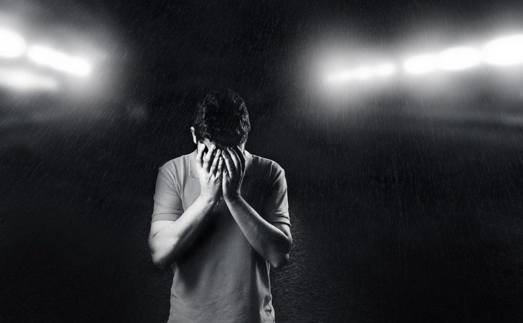 【イメージ画像】悩む男性