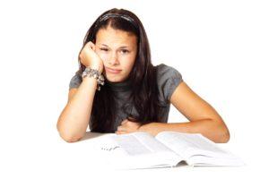 【イメージ画像】本を読んでいる女性