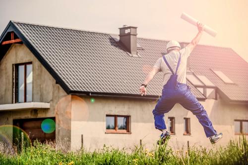 【イメージ画像】飛び跳ねて喜ぶ男性
