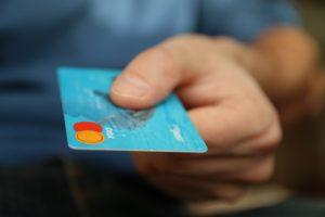 【イメージ画像】キャッシュカードでの支払い