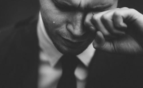 【イメージ画像】泣く男性