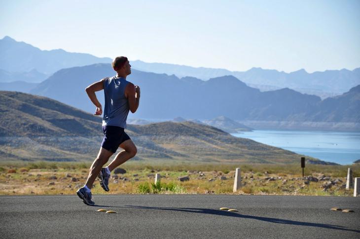 【イメージ画像】走っている男性