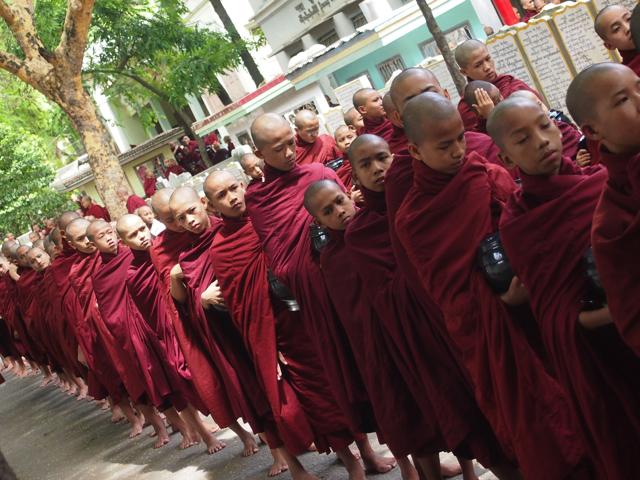 【画像】マハーガンダーヨン僧院の托鉢