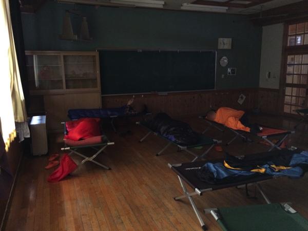 【画像】さる小 早朝の寝室(教室)