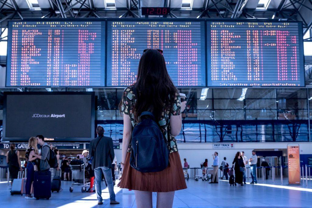 【画像】空港の発着案内板を見ている女性