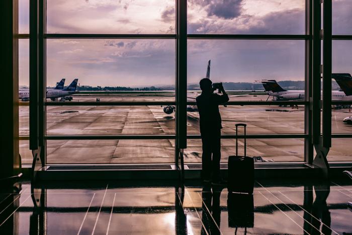 【画像】空港で飛行機を眺めている人