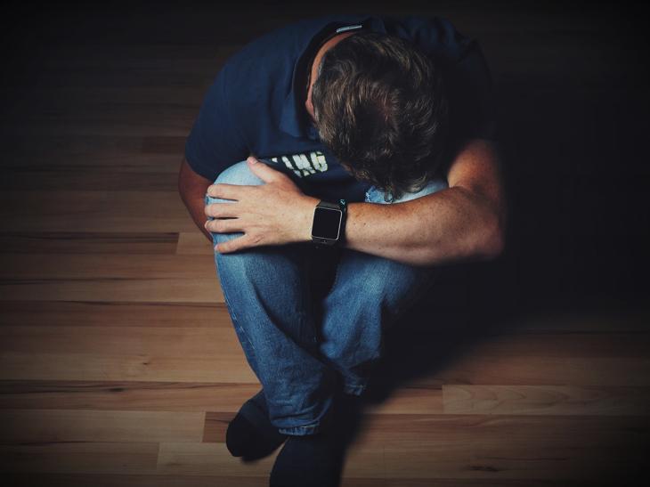 【イメージ画像】落ち込んでいる男性