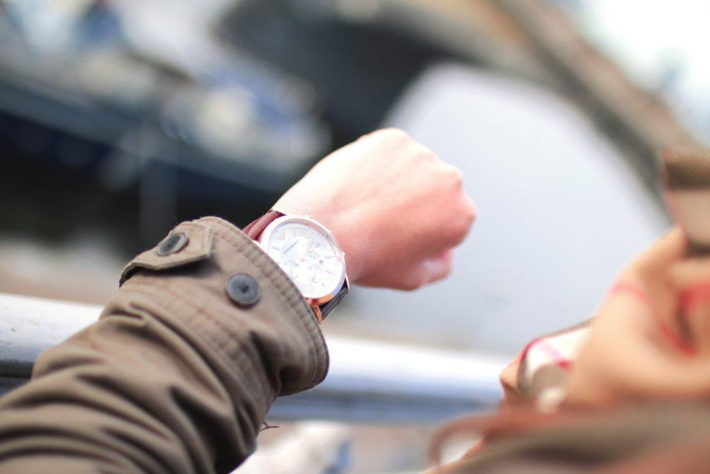 【画像】腕時計を見ている人