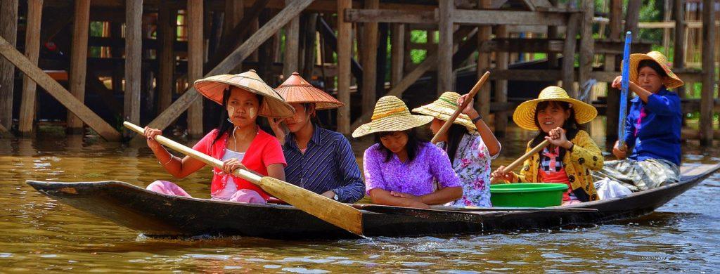 【画像】インレー湖に住む、船に乗る女性たち