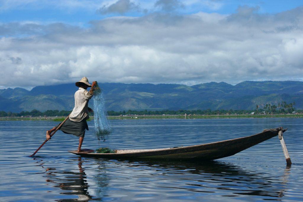 【画像】インレー湖の片足漕ぎ漁
