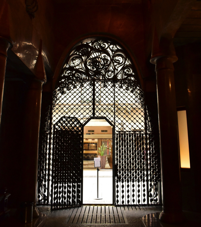 【画像】バルセロナ グエル邸 入り口扉を内側から見たところ
