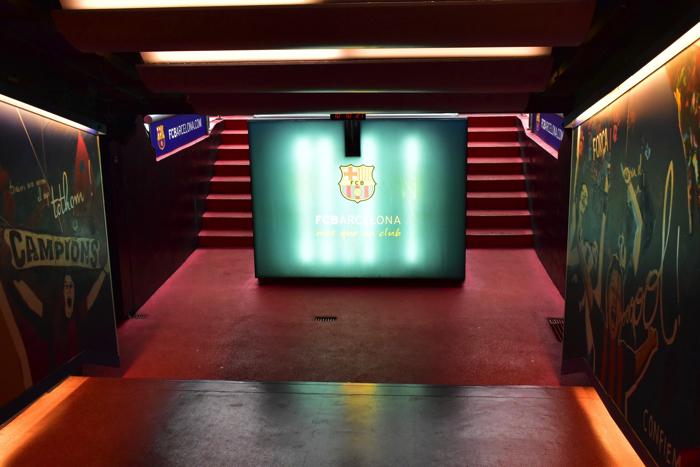 【画像】バルセロナ カンプ・ノウ・スタジアム ピッチまでの廊下②