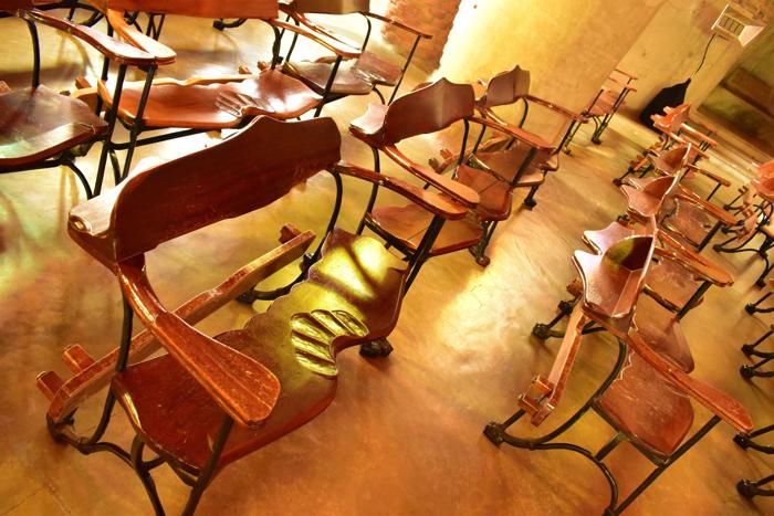 【画像】コロニア・グエル教会 内部のイス