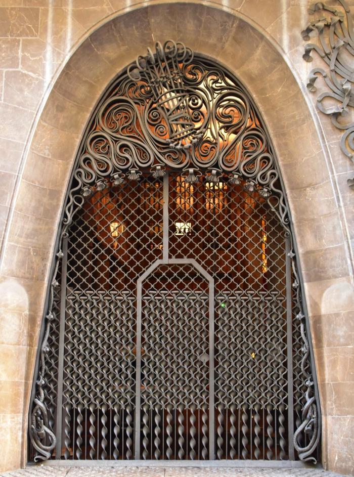 【画像】バルセロナ グエル邸 入り口扉を外側から見たところ