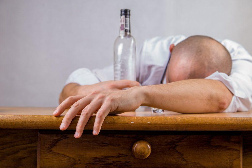 お酒を飲みすぎてつぶれた男性